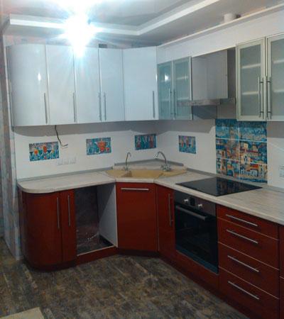 Угловая кухня на заказ с радиусными фасадами